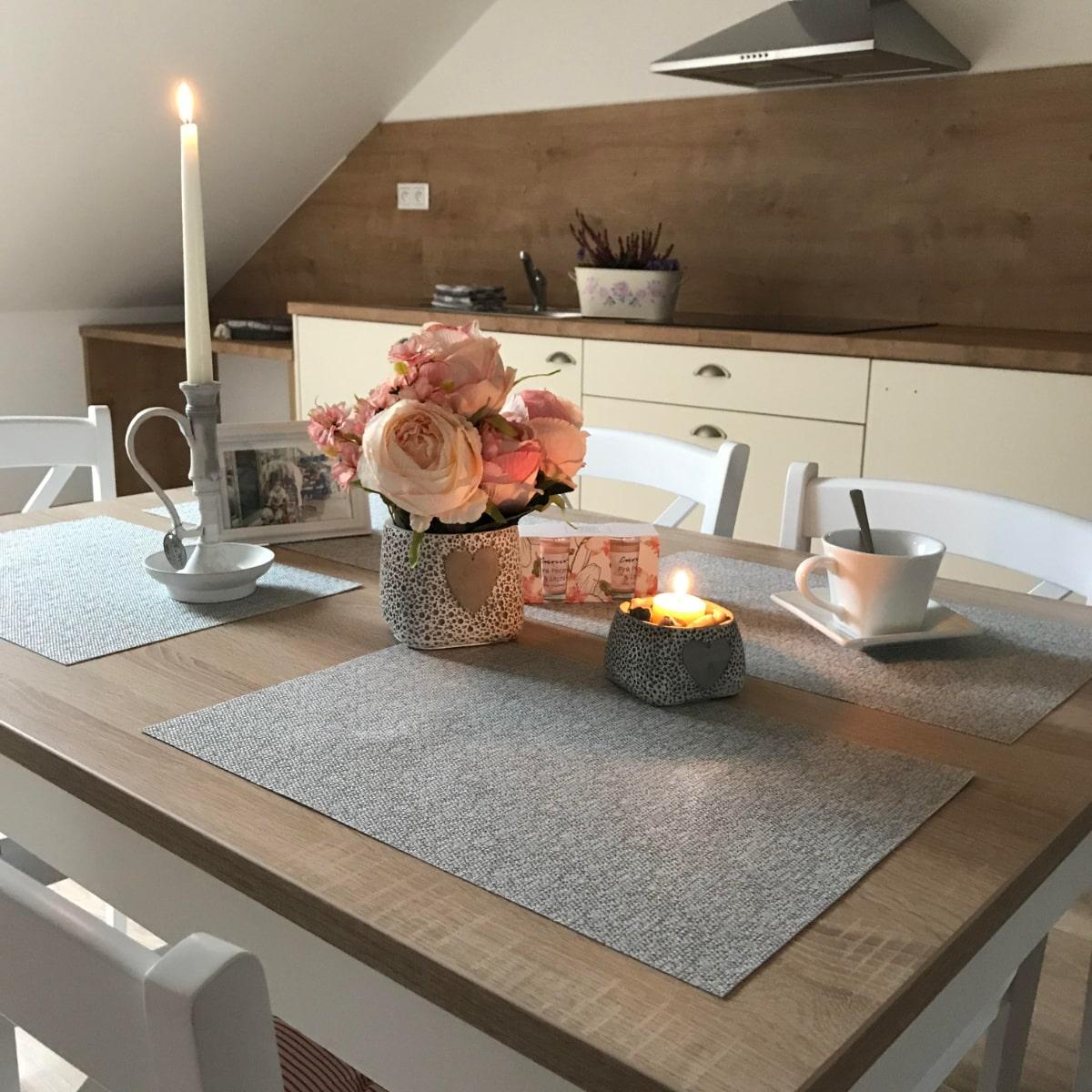 Apartmán Attic - kuchyně s jídelním stolem