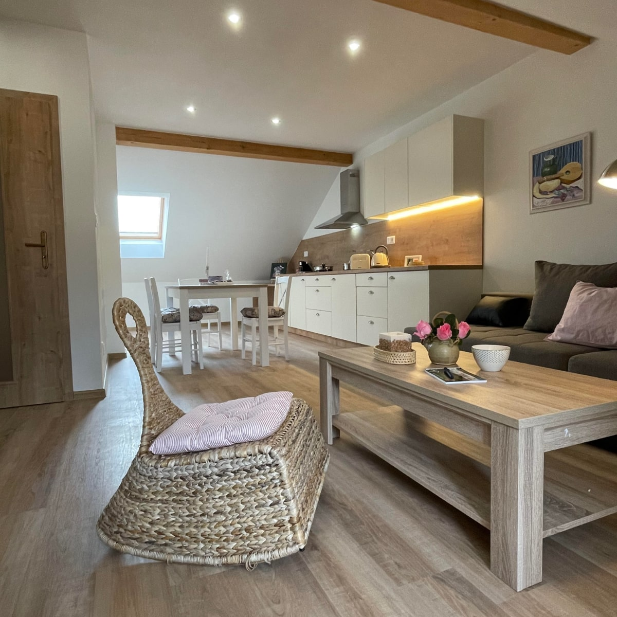 Apartmán Attic - obývací kout s kuchyní a jídelním stolem