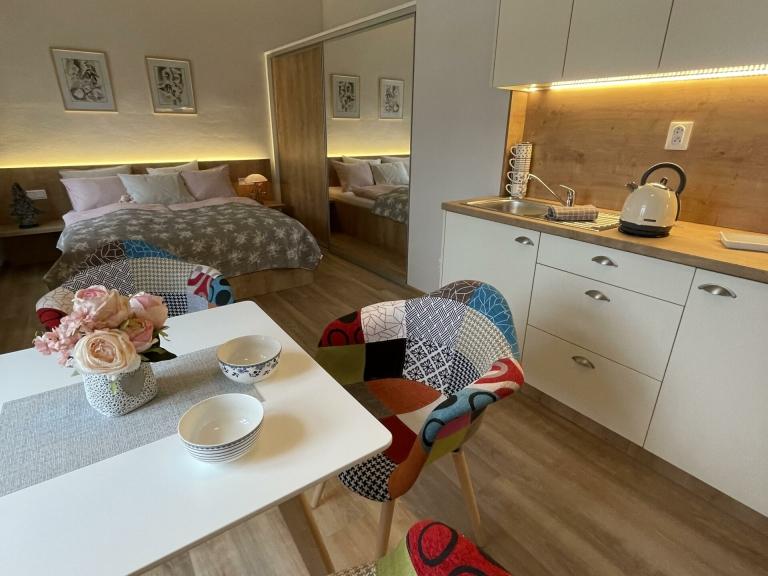Apartmán Couple - kuchyňský kout s jídelnou a ložnicí